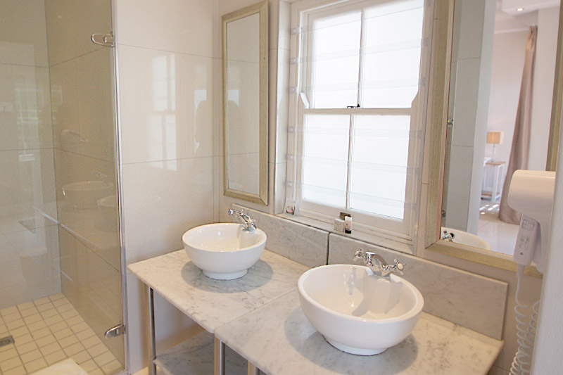 camps-bay-village-classic-room-bathroom